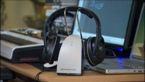 Sennheiserin kuulokkeet pöydällä
