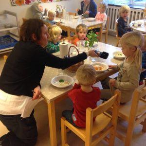 Annika Sylvin-Reuter intervjuar barn i Ängbybarnens förskola