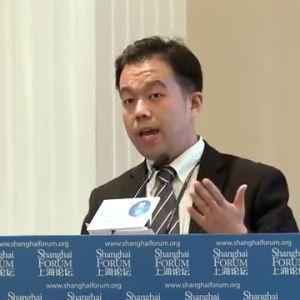 Nuorehko aasialainen mies puhujanpöntössä