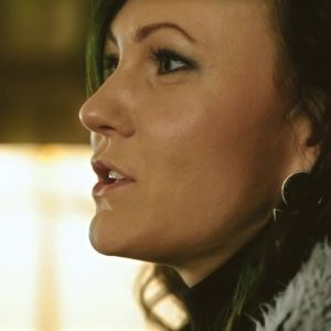 Laulaja Mira Luoti esittelee voimabiisinsä.