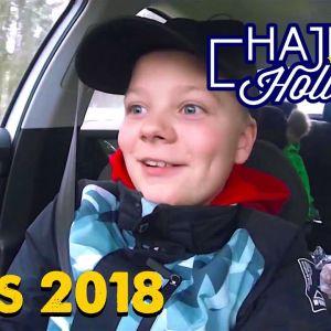 Neo sitter i bilen påväg till Kronoby för att fira nyår.