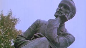 Aleksi Kivis staty