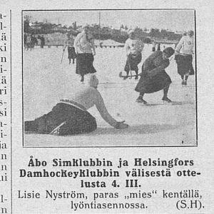 Lisie Nyström gör mål i en match i dambandy mellan Åbo Simklubb och Helsingfors Damhockeyklubb den 4 mars 1917.