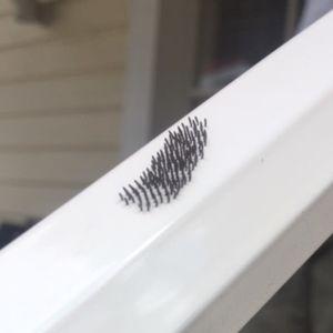 När Emma skulle skruva upp fönsterkorsen en vecka efter att hon tvättat dem fanns detta på en av stängerna. Vad är det?