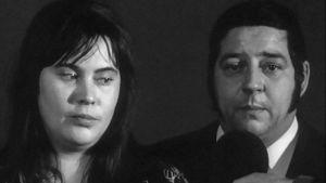 Erik ja Liisa Suomies (Tuula Nyman, Eero Rinne) haastattelussa. Yhden miehen sota (1974).