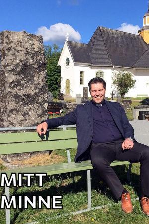 Kyrkoherden Tom Ingvesgård sitter på en bänk. Kyrkan syns i bakgrunden.