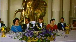 Kaarle XVI Kustaa ja Silvia juhlapäivällisellä presidentti Mauno Koiviston ja Tellervo Koiviston vieraina
