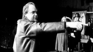 Kalle Holmberg ohjaa Jääkärin morsian -näytelmää (1972).