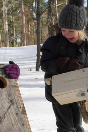 Lapset kantavat linnunpönttöjä