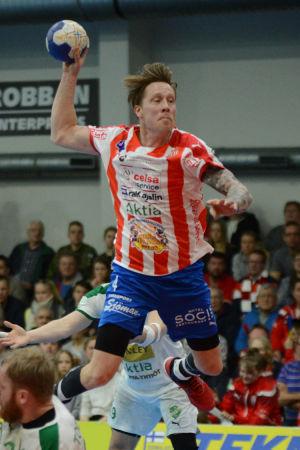 Andreas Rönnberg skjuter ett skott