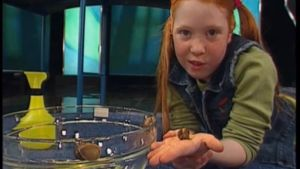 En flicka håller i en snigel i tv-programmet Oppåner å hitådit.