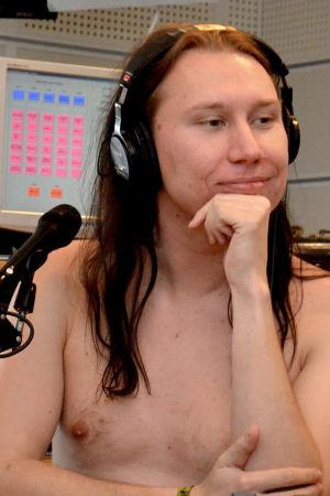 Kjell Simosas sänder radio naken.