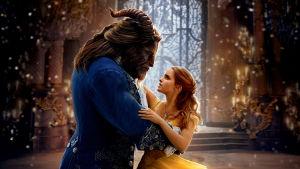 Skönheten Belle (Emma Watson) dansar i gul klänning tillsammans med Odjuret (Dan Stevens).