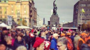 10 000 personer har samlats på torget.