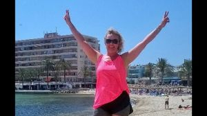 Gabriella Eriksson på stranden under en motionsresa.