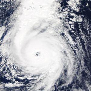 Satelliittikuvassa kuvattuna ylhäältä hirmumyrksy Ophelian aiheuttama pyörre.