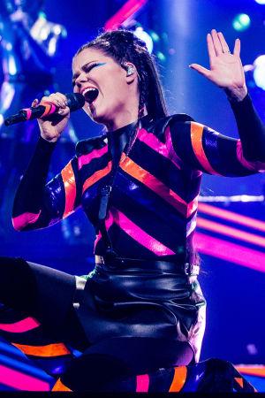 Saara Aalto uppträder med låten Monsters.