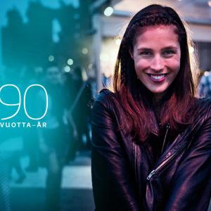 Ung kvinna och texten Yle 90 år