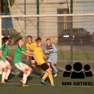 Fotbollsspelare på en plan nära målet.