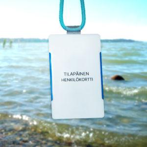 En strand, i förgrunden ett personalkort som tillhör en vistidsanställd.