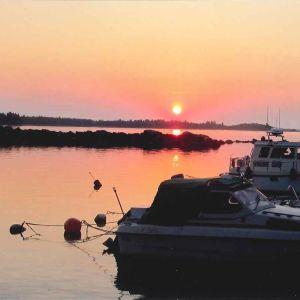 Solnedgång över båthamnen i Koskö. Foto Herbert Rabb
