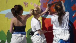 Kauniaisten kuvataidekoulun oppilaat toteuttivat purkutalon työmaa-aitaan omia töitään