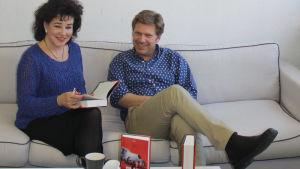 Toimittaja Sini Sovijärvi ja ranskalaiskirjailija Olivier Truc istuvat sohvalla.