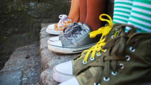 kaverit värikkäät kengät jalassa
