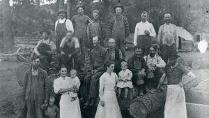 Finländska emigranter poser på sin gård i Amerika