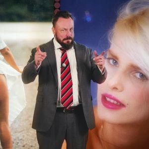 Docventures-juontaja Riku Rantala photoshopattuna naisten eteen.