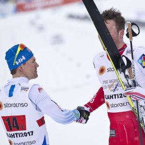 Sami Jauhojärvo skakar hand med Emil Iversen, VM 2017.