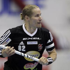 Mikael Järvi är en rutinerad innebandyspelare.
