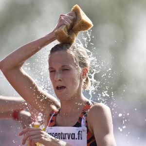 Camilla Richardsson svalkar sig med vatten.