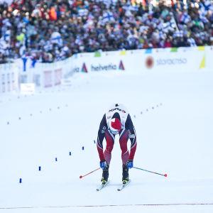 Martin Fourcade korsar mållinjen, VM-skiathlon 2017.