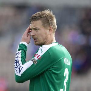 Kristian Kojola rättar till luggen.