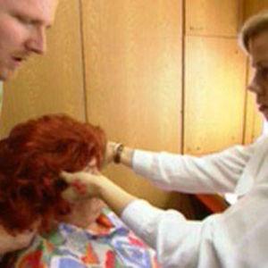 Iiris-Maija Koivujärvelle laitetaan punaista peruukkia.