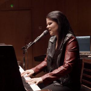 Saara Aalto soittaa pianoa