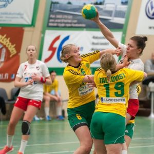 SIF:s Ellen Voutilainen och Janica Tallqvist stoppar HIFK:s Linda Cainberg.