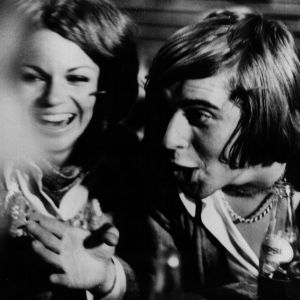 Anne ja Eki huvittelevat elokuvassa Kesyttömät veljekset.