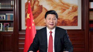 mies punaisessa kravatissa punainen lippu vierellään