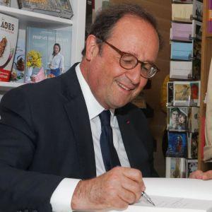 Francois Hollande signerar sin bok