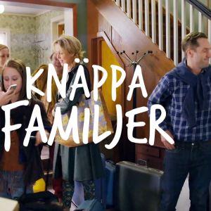 bild på en familj som håller på att komma in genom dörren till ett egnahemshus.