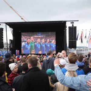 På Island kollar man på fotbolls-EM.
