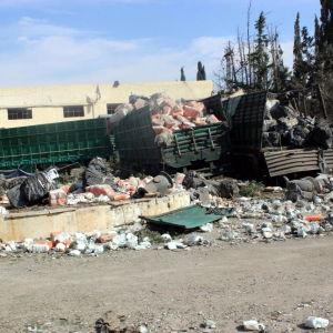 Några av lastbilarna i hjälpkonvojen efter flygräden i Urum al-Kubra.