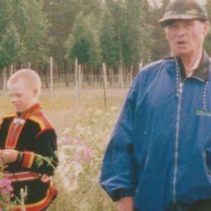 poika Vuotson lapinpuvussa ja vanha mies sinisessä takisssa