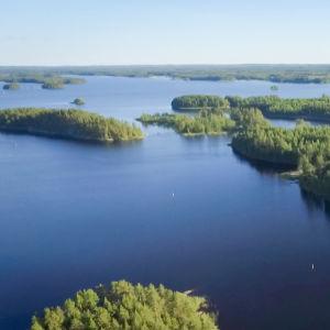 Ilmakuva järvestä, monta saarta.