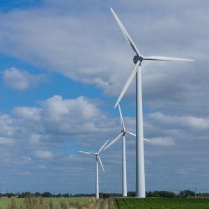 Vindkraftverk på landsbygden.