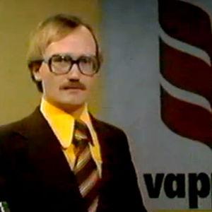 Kari Mänty juontaa vapun 1977 uutislähetyksen.