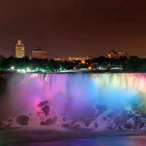 Niagarafallen fotograferade nattetid, upplysta i regnbågens alla färger.