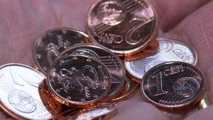 euron kolikoita läjässä lähikuvana